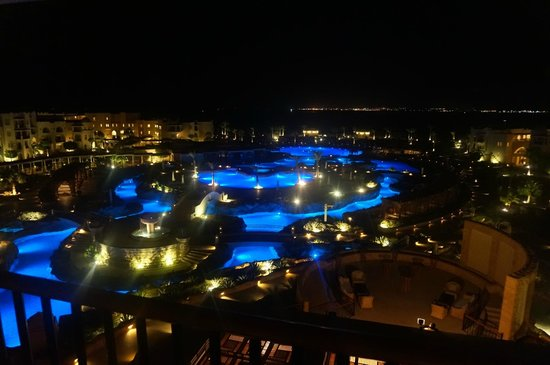 Kempinski Hotel Soma Bay: The pool at night