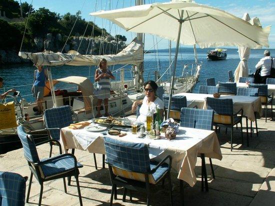 Konoba Ribarska koliba: La terrasse en été