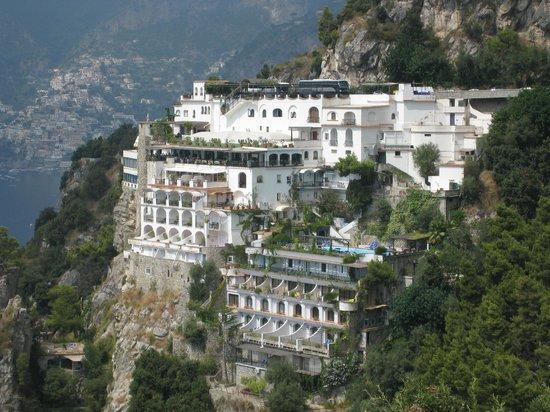 Grand Hotel Tritone: Отель прямо в скале, сверху дорога из Позитано в Амальфи