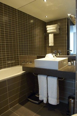 Crowne Plaza Manchester City Centre: All club bathrooms offer white company toiletries