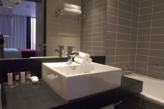 Crowne Plaza Manchester City Centre: All guest bathrooms feature seperate bath and shower