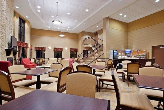 Holiday Inn Express Cincinnati West: Enjoy your Hot Express Start Breakfast in our Great Room