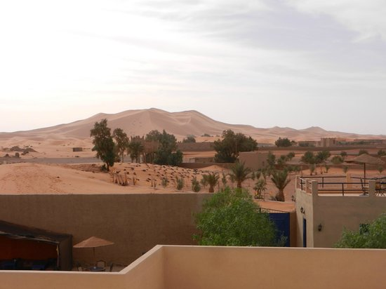 Hotel Riad Ali : View of sand dunes from the terrace - impressive!!
