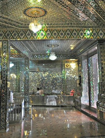 Arulmigu Sri Rajakaliamman Glass Temple: Awe inspiring.
