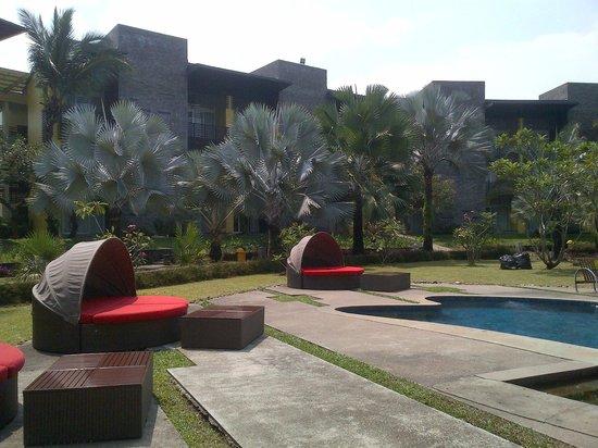 Novotel Palembang Hotel & Residence: Taman luas