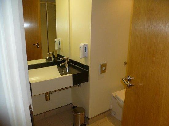 Premier Inn Dublin Airport Hotel: The bathroom