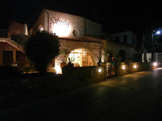 Spilia Village Hotel: Hotel at night