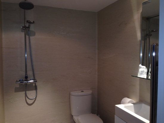 Chalford House Hotel: Wet room, room 8