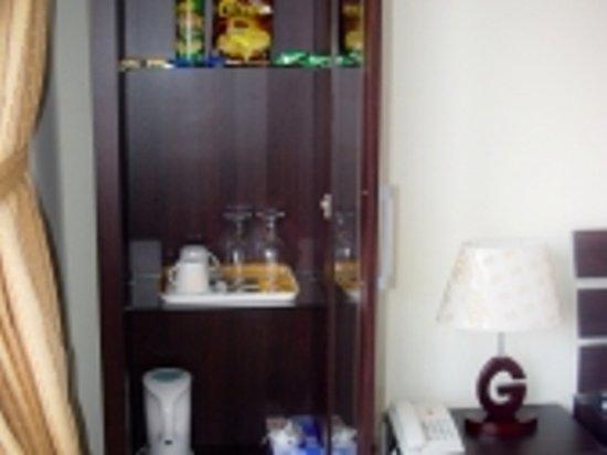 Dive Today Scuba Diving Academy & Resort: mini bar in guest room