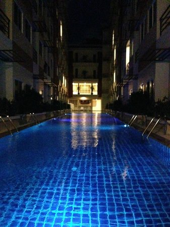 Andatel Grande Patong Phuket Hotel : Pool at night. . .nice