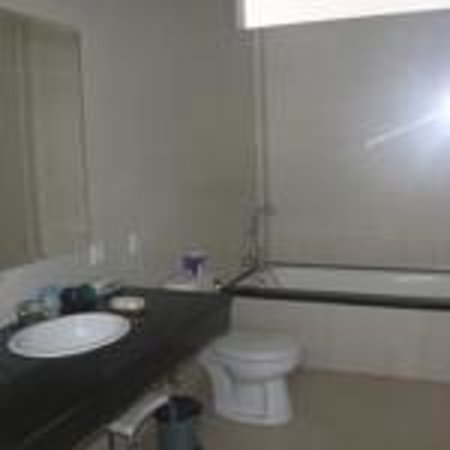 Dive Today Scuba Diving Academy & Resort : en-suite bathroom of deluxe family room