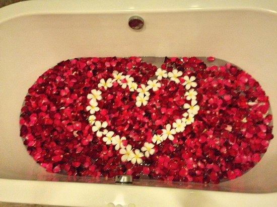 Disini Luxury Spa Villas: Bath tub filled with fresh flowers picked by the Disini staff