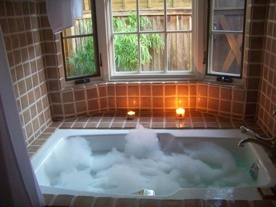 Lake Austin Spa Resort: love...love...love the big Soaking Tub in the bungalow!