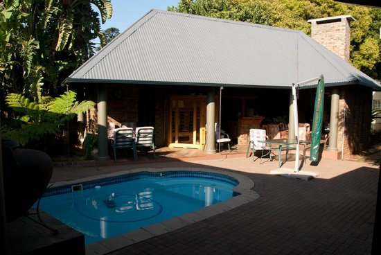 Goodey's Guesthouse: Courtyard and the pool area