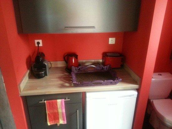 L 39 espace cuisine avec frigo et vaiselle pour le petit - Cuisine pour petit espace ...