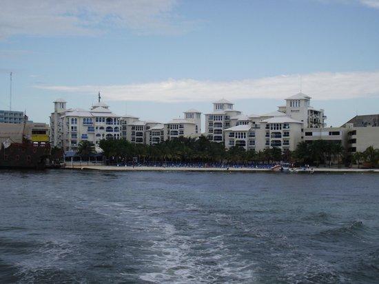 Occidental Costa Cancun : Vista del Hotel desde el Ferri