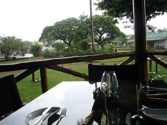 Ameg Lodge Kilimanjaro : За столом, вид на территорию отеля
