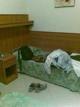 Hotel Papa Germano : la camera tripla senza bagno usata come singola- scusate il casino sul letto ma essendo io da so