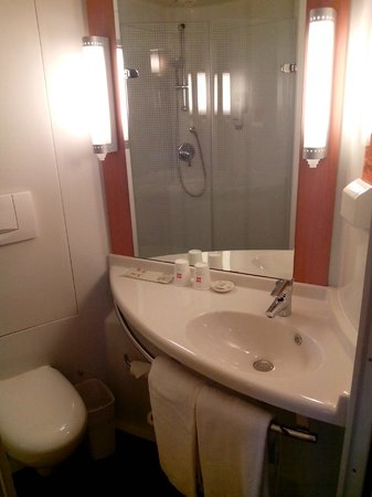 Hotel Ibis (Dalian Sanba Square): Ванная (умывальник)