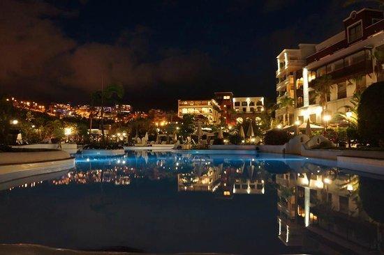 Gran Tacande Wellness & Relax Costa Adeje: Blick vom Pool zum Hotel