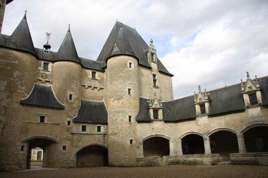 Château de Fougères: Внутренний двор