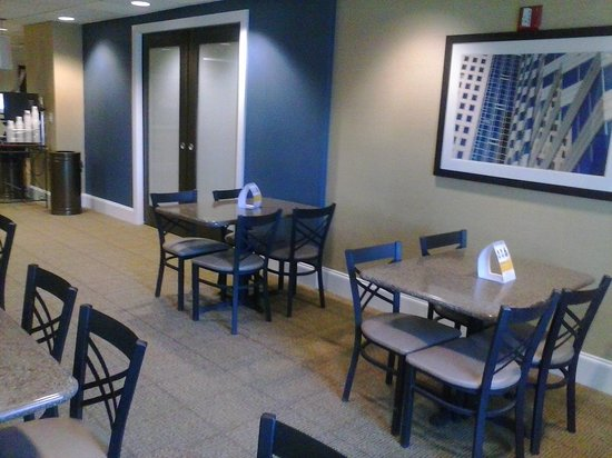 Comfort Suites University - Research Park: Dining Area
