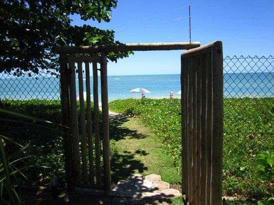 Residence Pe na Areia: portão  de acesso a praia, por sinal bem exclusiva