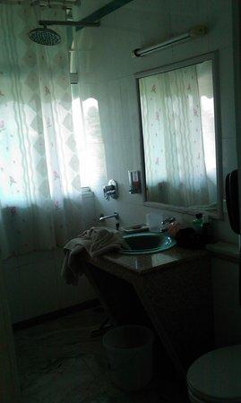 Sarao Hotel: Clean and spacious bathroom