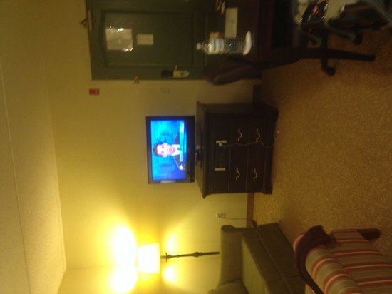 Country Inn & Suites By Carlson, Bloomington at Mall of America: Tv in living room. Not a large space but doable without the coffee table