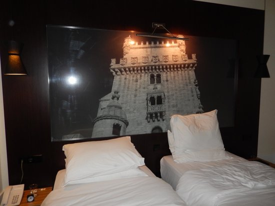 Lisboa Tejo Hotel: twin beds with wall mural