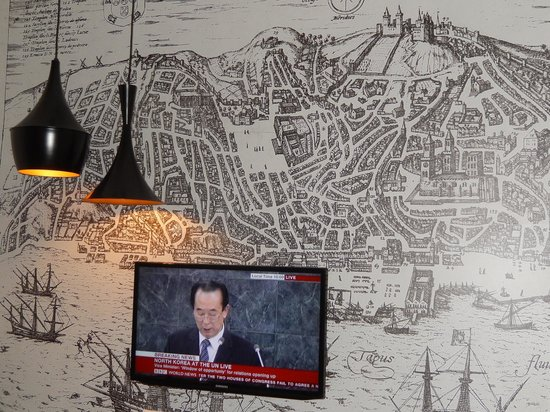 Lisboa Tejo Hotel: TV with wall mural