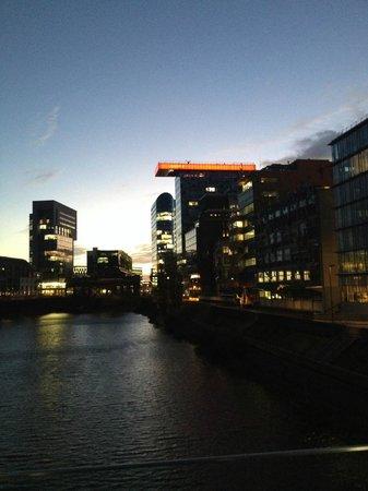 INNSIDE by Melia Duesseldorf Hafen: Vista dell'hotel in lontananza