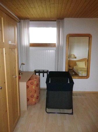 Hotel Alpina: Blick von der Eingangstüre mit Kinderbett.