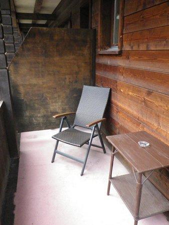 Hotel Alpina: Sitzecke auf dem Balkon.