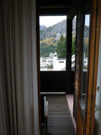 Hotel Alpina: Blick vom Sofa aus Richtung Balkon.