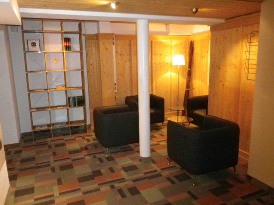 Hotel Alpina: Sofas zum entspannen. Im Regal links gibt es auch Bücher und Rätsel.