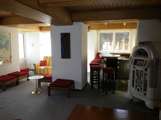 Hotel Alpina: Rechts ist die Bar und links hat es Plätze zum relaxen.