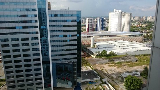 Hotel Mercure Manaus: Vista da área de piscina