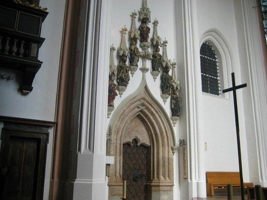 Basilica St.Michael: portale interno
