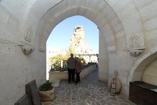 AlKaBriS: Vue de l'entrée de L'hôtel ,propriétaires Sait et Kamer