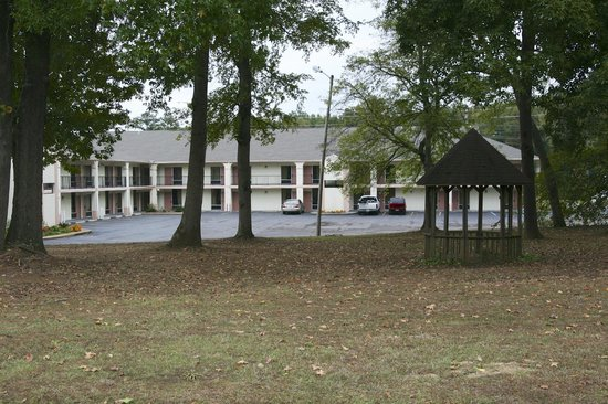 Country Hearth Inn & Suites: Highway View to Property