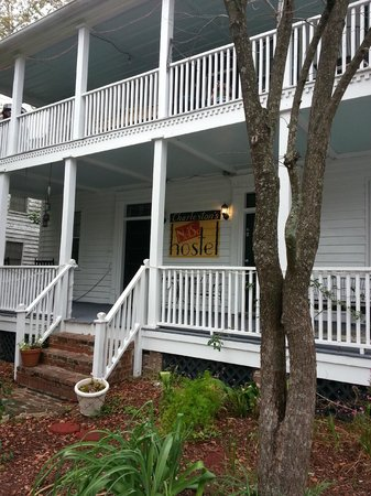 Charleston's NotSo Hostel: front of main house