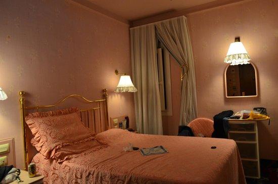 Hotel Continental Barcelona : Habitación Rosa! (a quien le importa?)