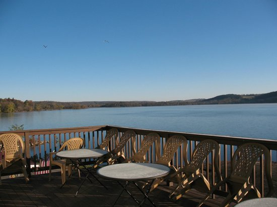 Lake N Pines Motel: View from Breakfast building patio