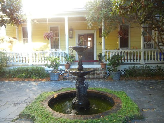 Barksdale House Inn: Courtyard