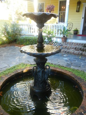 Barksdale House Inn: Cute fountain