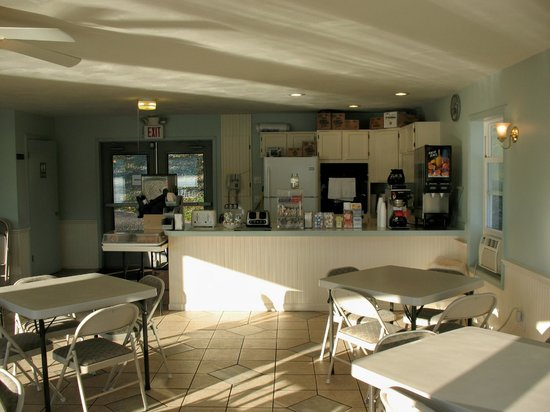 Lake N Pines Motel: Breakfast room