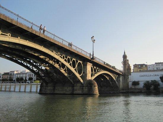 Guadaluxe - Private Tours: Paso por los tres ojos del puente de triana
