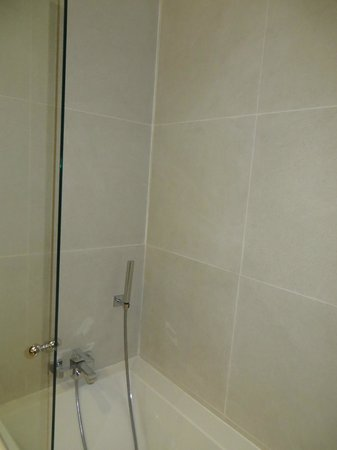 Boutique Hotel Can Cera: This is the shower in rooms 6 and 10, a hand held shower-wand and a tub. Water goes all over.