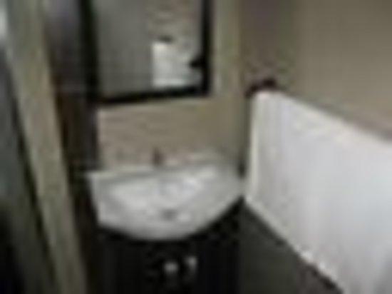 Bruno Comfort Suites: queen room bath